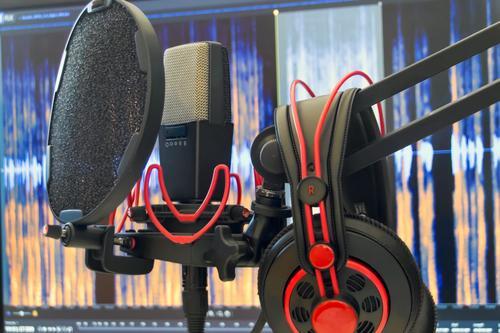 Podcast Set Mikrofon Kopfhörer Audio Recording Ton-Studio rot schwarz sprechen modern Musik Computer hören Filmindustrie Bildschirm Musiker Video Software