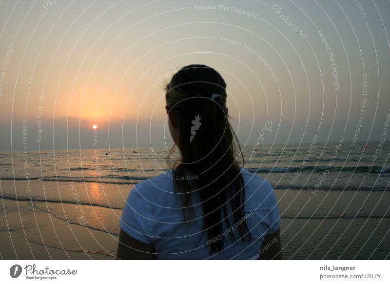 sonne in dubai Meer Frau Mädchen Strand Sonnenuntergang dunkel Wasser Sand Rücken