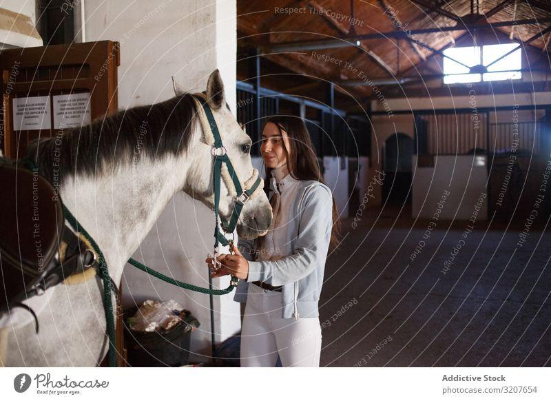 Mädchen mit entzückendem Pony mit Hut Teenager Ponys Pferdestall Tier Kind Umarmen Freund Haustier Kindheit Landschaft Kraulen wenig niedlich charmant Bauernhof