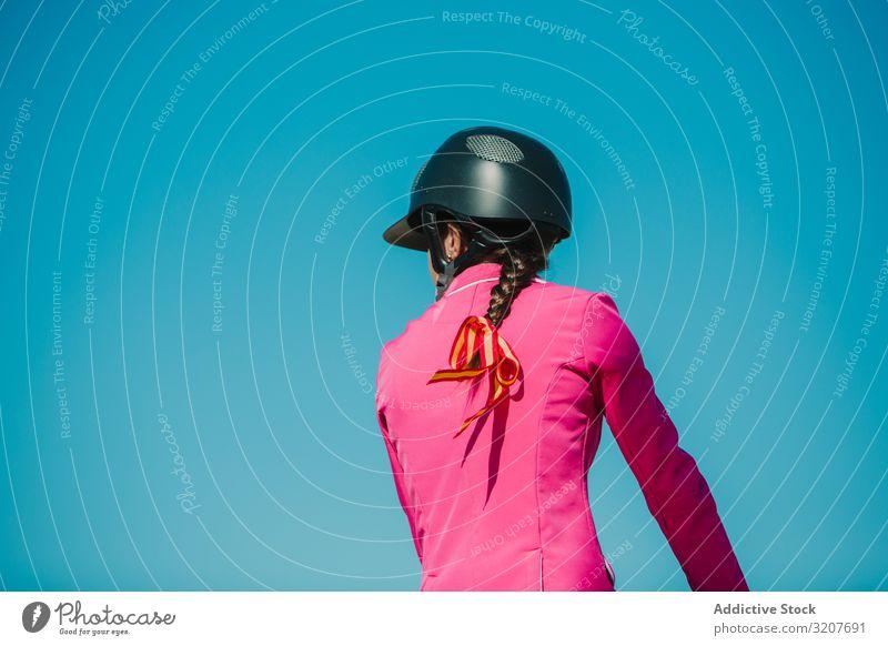 Mädchen reitet Pferd Frau springen Bar Rennbahn Mitfahrgelegenheit Sport Tier Reiterin Training aktiv Sprung vorbei Pferderücken pferdeähnlich Reinrassig