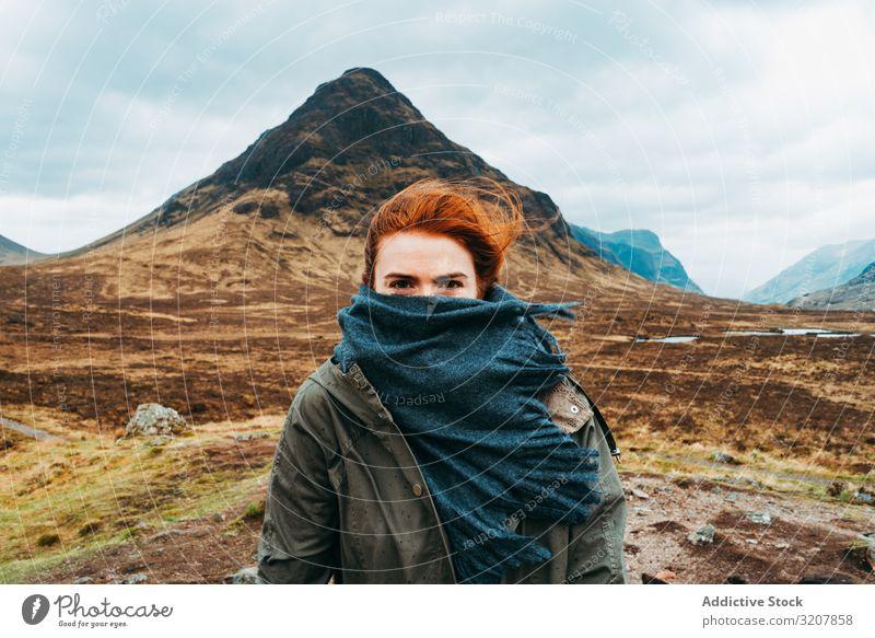 Rothaarige Frau mit Schal gegen Berge Berge u. Gebirge Wind Schottland Ingwer Rotschopf Natur kalt Landschaft reisen bedeckt Ansicht Tal Schönheit Freiheit