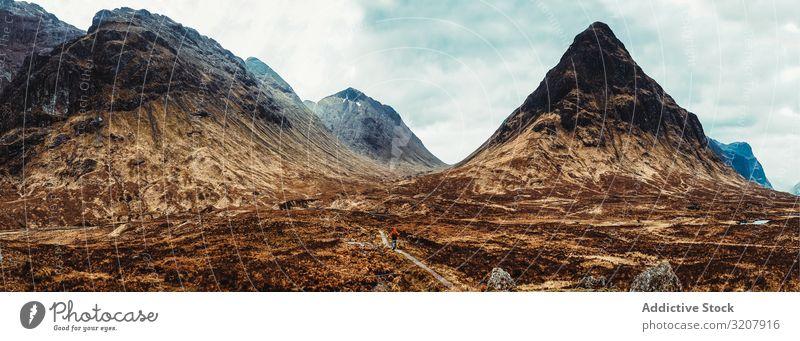 Person, die durch malerische Berge geht Berge u. Gebirge Wind Schottland Natur kalt Landschaft reisen Ansicht Tal Schönheit Freiheit Abenteuer Trekking