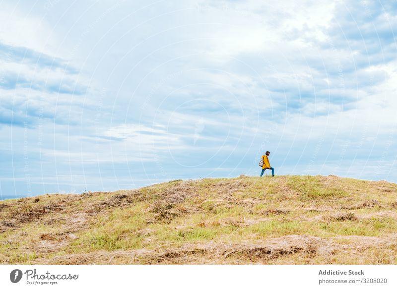 Weibliche Reisende am Berg Frau Hügel Spaziergang reisen wolkig Himmel Landschaft Lifestyle Freizeit Top Abenteuer wandern Trekking Ausflug Freiheit Natur