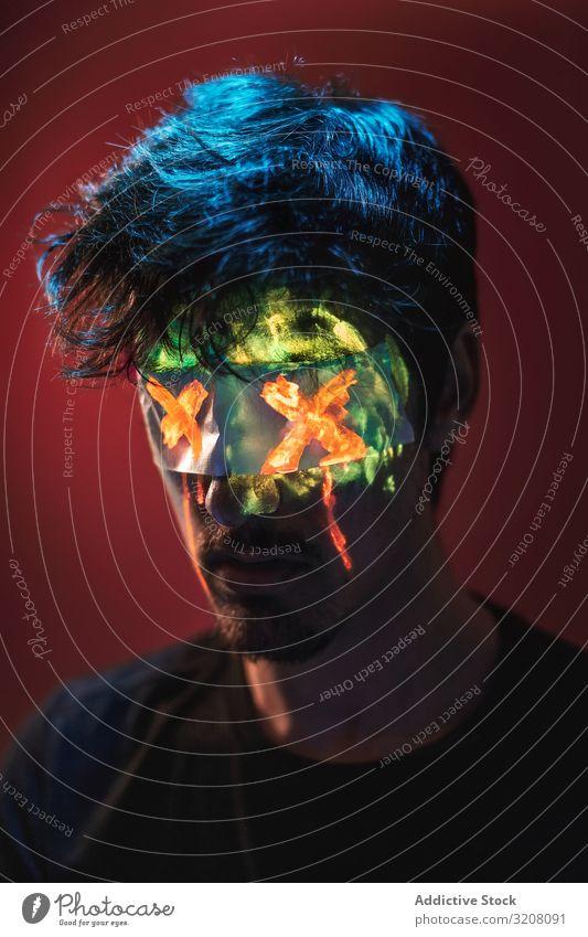 Mann mit verdeckten Augen und Neongesicht blind Klebeband x Generation neo noir neonfarbig Zombie Kunst strahlend fluoreszierend Erwachsener männlich Person
