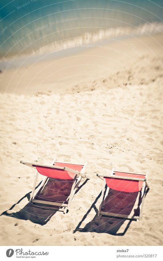 warten auf den 2. Advent Sonne Wellen Strand Meer Erholung Wärme rot türkis ruhig Ferien & Urlaub & Reisen Liegestuhl leer Sommerurlaub Farbfoto Außenaufnahme