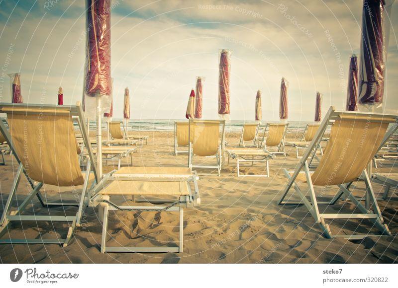 Vorsaison Strand Wärme gelb rot Erholung ruhig Tourismus Ferien & Urlaub & Reisen Sonnenschirm Liegestuhl Nebensaison Gedeckte Farben Außenaufnahme Menschenleer