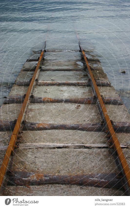 road to nowhere 4 Wasser dunkel Holz Verkehr Eisenbahn Rost abwärts untergehen Unterwasseraufnahme Ascona