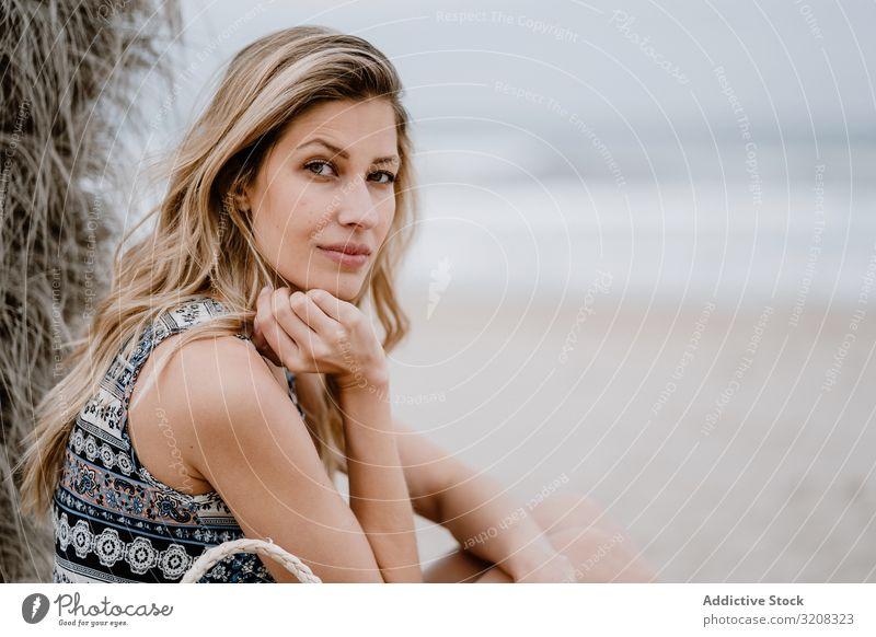 Porträt einer jungen schönen Frau Strand Fröhlichkeit modisch glamourös Sommer Urlaub reisen Erholung Feiertag Resort Person attraktiv blond hübsch lässig