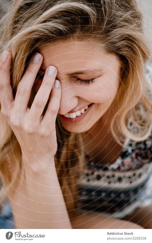 Porträt einer jungen schönen Frau geschlossene Augen Nahaufnahme Fröhlichkeit modisch glamourös Sommer Urlaub reisen Erholung Feiertag Resort Person attraktiv