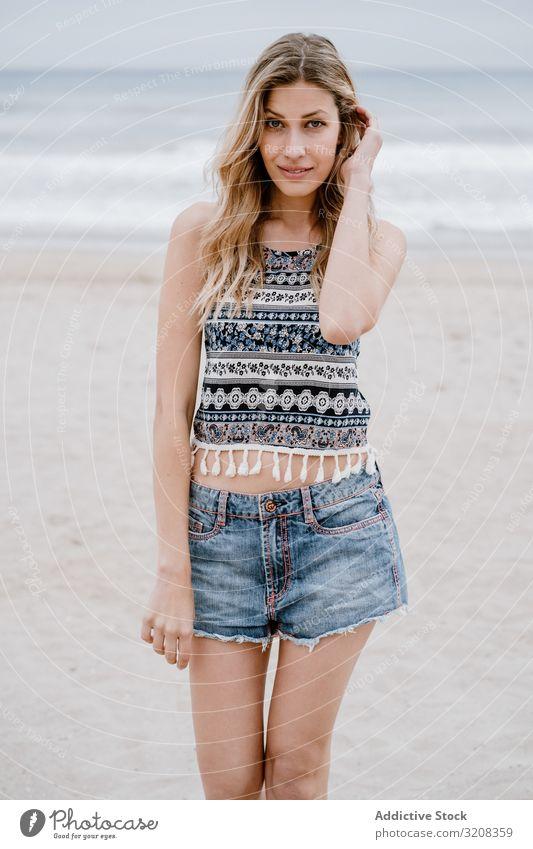 Glückliche Frau lacht am Sandstrand Strand Fröhlichkeit modisch glamourös Sommer Urlaub reisen Erholung Feiertag Resort jung Person attraktiv schön blond hübsch