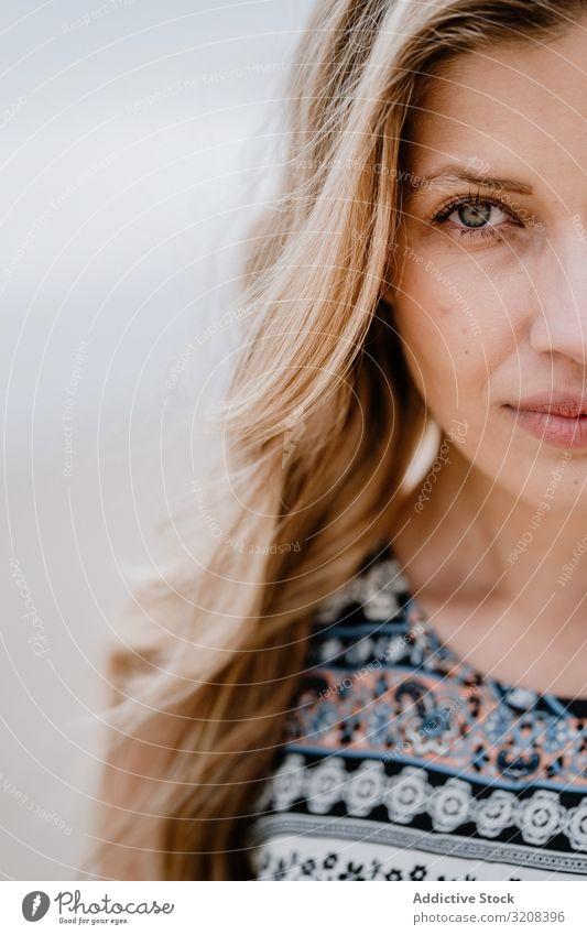 Schnitt eines halben Gesichts einer schönen jungen Frau halbes Gesicht Porträt Schönheit Nahaufnahme modisch Beschnittansicht glamourös Sommer Person attraktiv