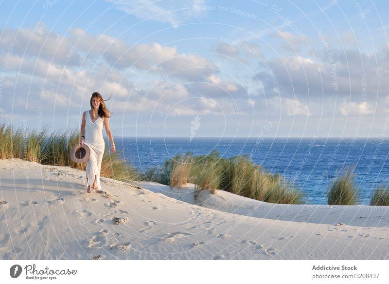 Frau geht auf Sandhügel Hügel laufen malerisch Bewegung Energie Sommer Landschaft Düne wüst Sonnenuntergang Tarifa Cadiz Spanien Natur reisen Urlaub Tourismus