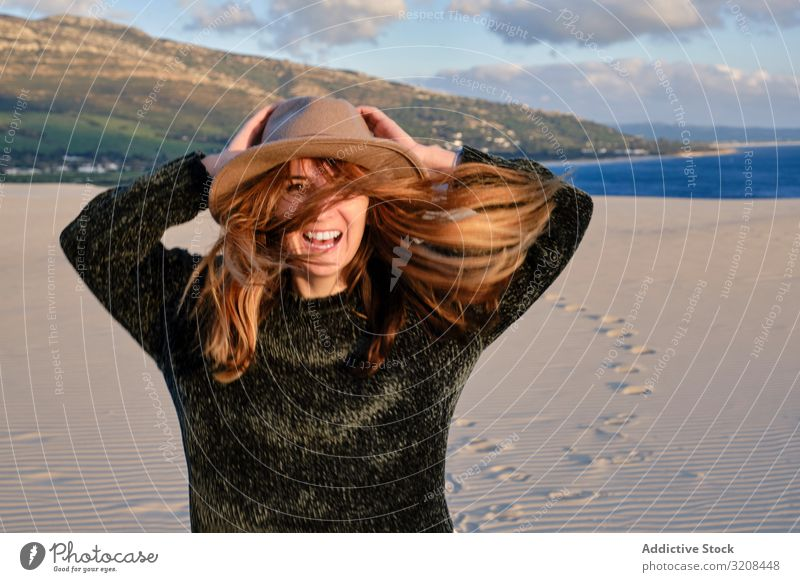 Schöne Frau in der Wüste bei Sonnenuntergang wüst Sand reisen sorgenfrei Mode Sommer Ausflug schön Natur Paradies Landschaft Abenteuer Kälte prunkvoll Reise