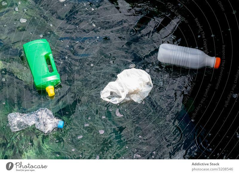 Auf dem Wasser schwimmende Plastikflaschen und -beutel Verschmutzung Kunststoff Flasche Tasche Müll umgebungsbedingt Ökologie giftig Recycling gefährlich Natur