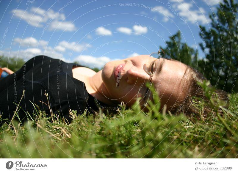 Seepark Frau Himmel grün blau Gesicht schwarz Wolken Wiese Gras Glück lachen Zufriedenheit schlafen Freiburg im Breisgau Park