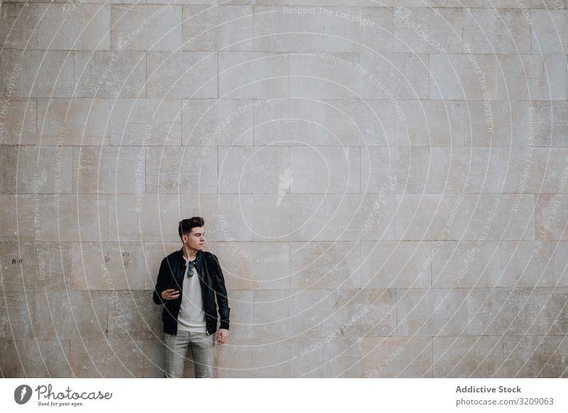 Mann mit Smartphone in Wandnähe Technik & Technologie Telefon tausendjährig Mobile jung männlich soziale Netzwerke Generation benutzend Lifestyle Gerät