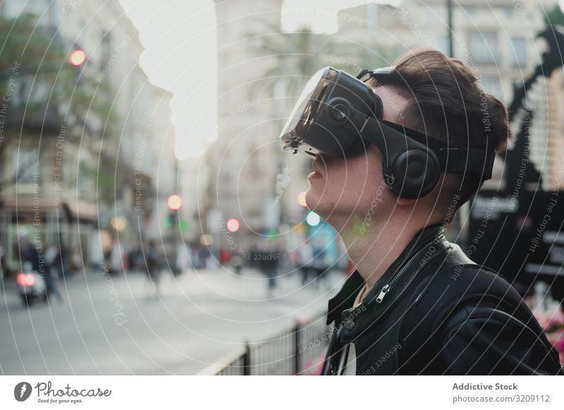 Junger Mann mit Brille der virtuellen Realität auf der Straße VR urban tausendjährig Lifestyle Technik & Technologie cyber Gerät Vorstellungskraft Erfahrung