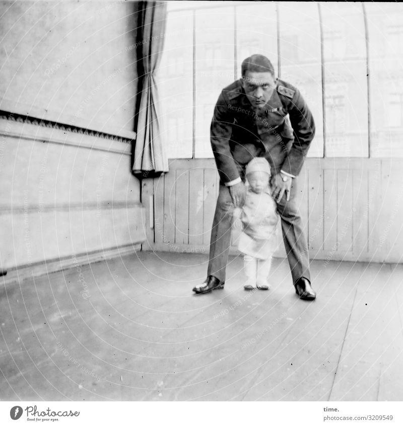 Langzeitblick in die Kamera Häusliches Leben Wohnung Raum Vorhang Holzfußboden maskulin Kleinkind Mann Erwachsene Vater 2 Mensch Anzug Uniform brünett blond