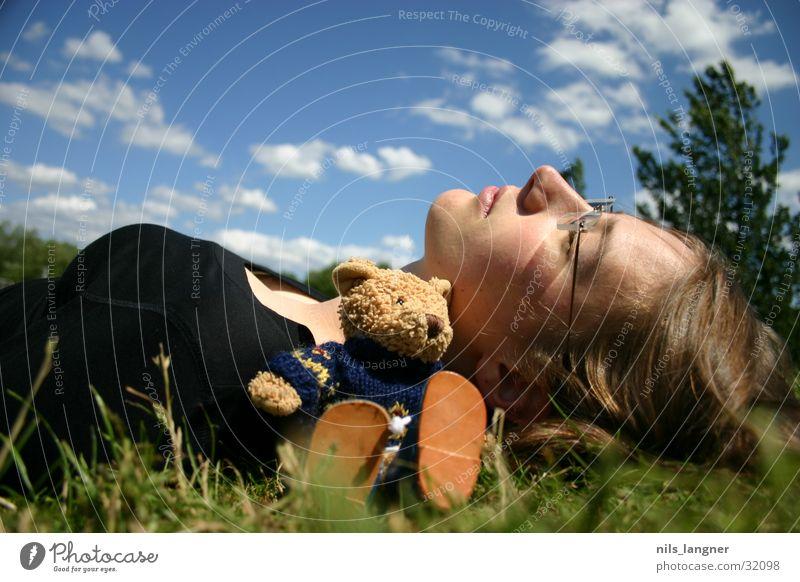 Lino on tour Frau Himmel grün Wolken Wiese Gras träumen liegen Teddybär Stofftiere