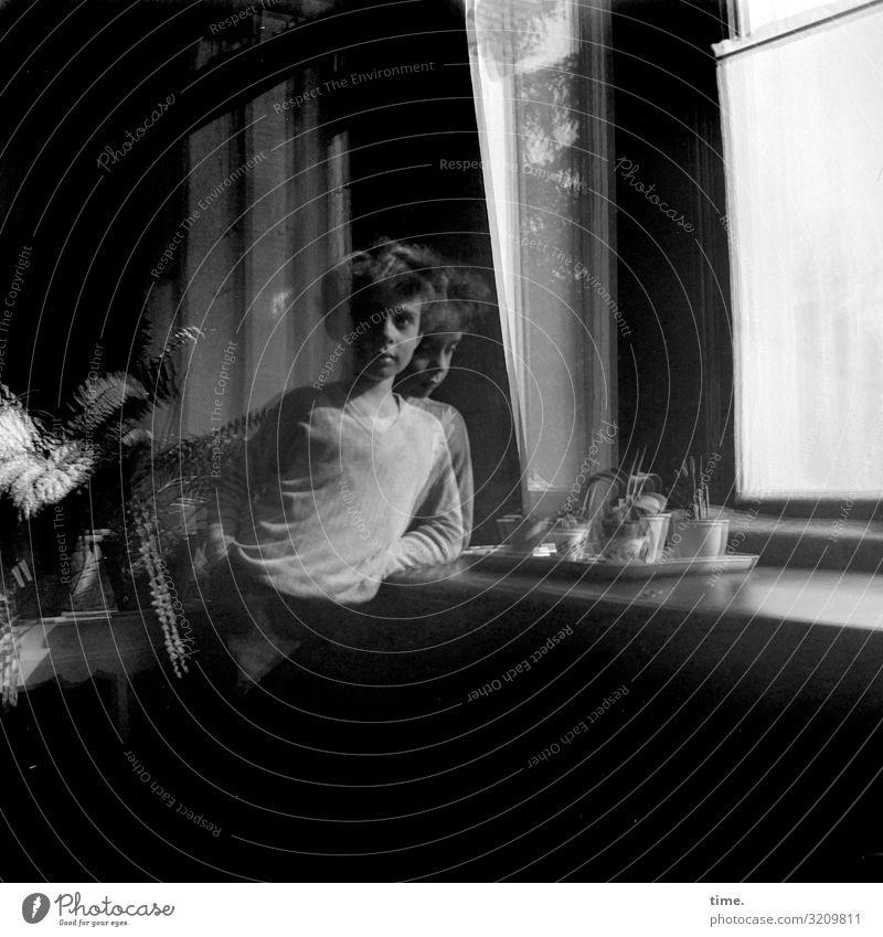 Junge am Fenster Geschirr Häusliches Leben Wohnung Raum Fensterbrett maskulin 1 Mensch Hemd brünett langhaarig beobachten Blick stehen dunkel Originalität