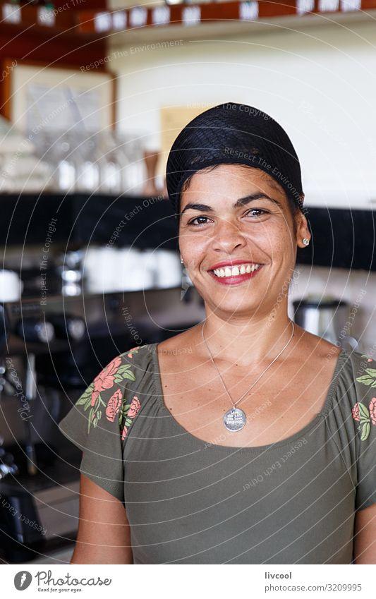 Frau Mensch Ferien & Urlaub & Reisen Natur schön grün Haus Freude schwarz Gesicht Auge Lifestyle Erwachsene feminin Gefühle Glück