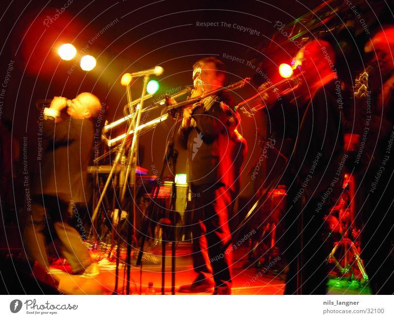 universale_03 dunkel rot Konzert Musik Schnur Unschärfe Licht Freiburg im Breisgau