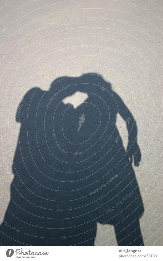 schatten Sommer Sonne Liebe Glück Paar Zusammensein paarweise Asphalt Vertrauen Küssen Verliebtheit Partnerschaft harmonisch Liebespaar Zuneigung zusammengehörig