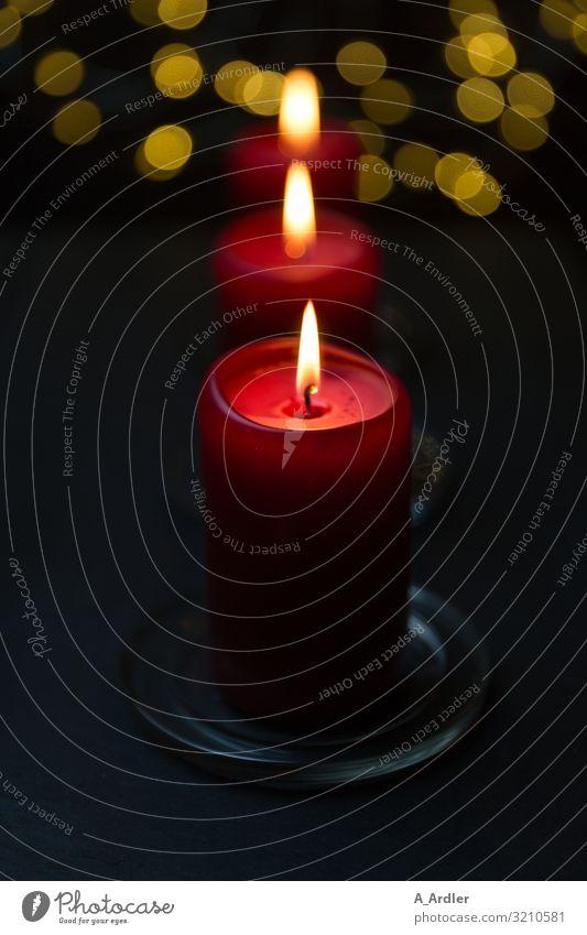 weihnachtliche Stimmung mit 3 roten Kerzen Weihnachten & Advent genießen ästhetisch dunkel glänzend schön gelb schwarz Gefühle Vorfreude Geborgenheit