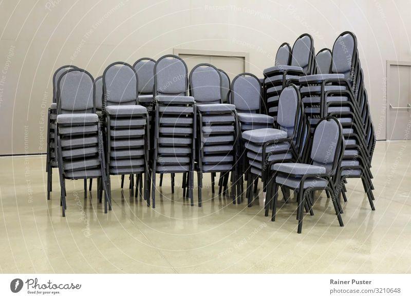 Gestapelte Stühle im Konferenzsaal Büro Sitzung Stuhl Stuhlgruppe Stapel Stuhlstapel Stahl stehen modern trist grau Ordnungsliebe Reinlichkeit Sauberkeit