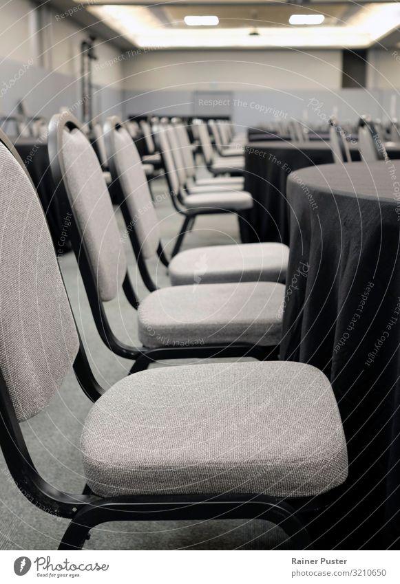 Vor der Konferenz - leere Seminarstühle schwarz Business grau Büro Stuhl Erwachsenenbildung Sitzung Wirtschaft Karriere Arbeitsplatz Langeweile Unternehmen