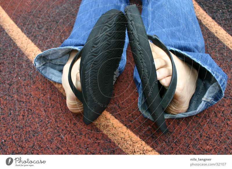 Füsse Fuß Jeanshose Basketball Flipflops