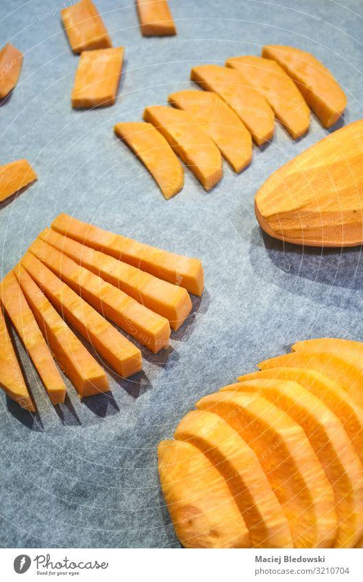 Frische Süßkartoffeln auf Backpapier. Gemüse Ernährung Mittagessen Abendessen Vegetarische Ernährung Diät Slowfood Fingerfood Gesunde Ernährung Papier frisch