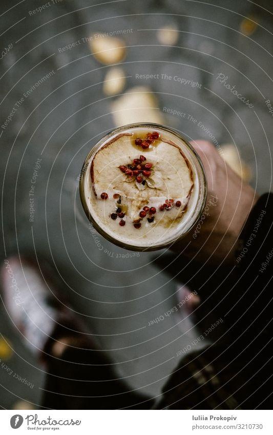 Herbst heißer Punsch Cocktailgetränk in Männerhand Apfel Alkohol Glühwein Lifestyle Winter Erntedankfest Halloween Weihnachten & Advent Mann Erwachsene Hand