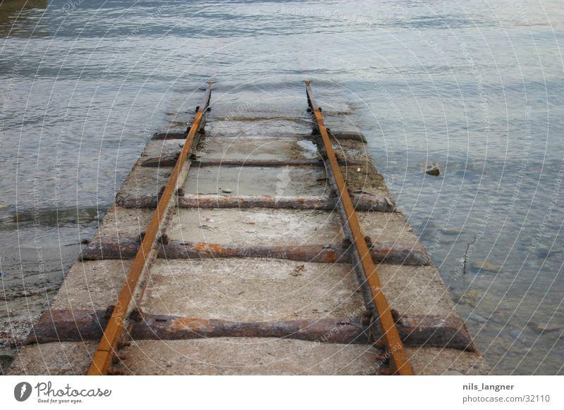 Road to nowhere 3 Wasser dunkel Verkehr tauchen Gleise Rost abwärts Kanton Tessin