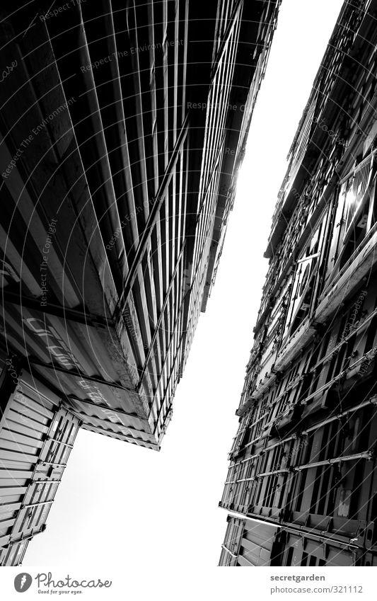 Wilhelmsburg 05.13 | Spalt N. Industrie Himmel Industrieanlage Fabrik Mauer Wand Stahl hoch Stadt Höhenangst Platzangst Spalte Perspektive Neigung Container