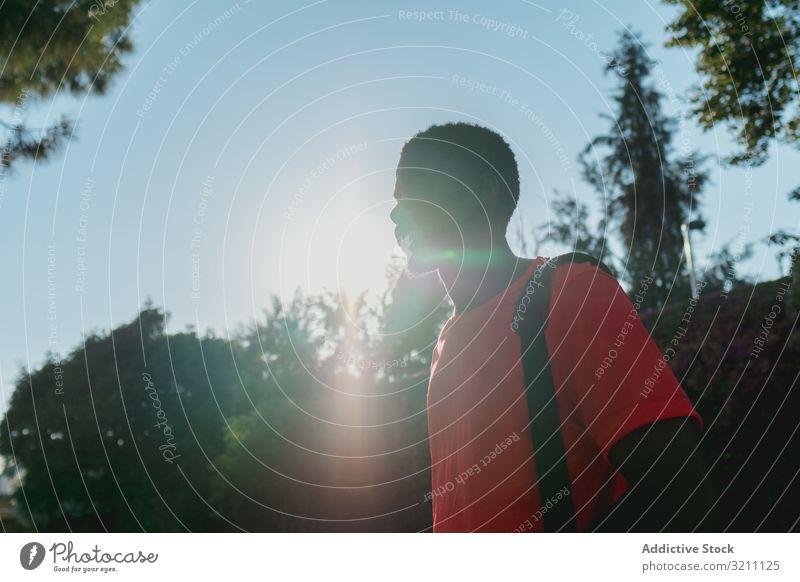 Schwarzer, sportlicher Mann mit lebhafter Hintergrundbeleuchtung Sport Park Gesundheit Lifestyle schwarz Afroamerikaner entschlossen Läufer Jogger urban