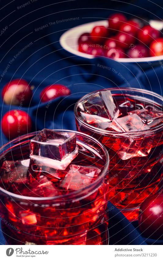 Rotes Getränk in der Nähe von frischen Früchten auf Stoff rot Frucht Glas Gewebe kalt Cocktail Pflaume Eis Portion Würfel trinken Sommer Erfrischung Saft