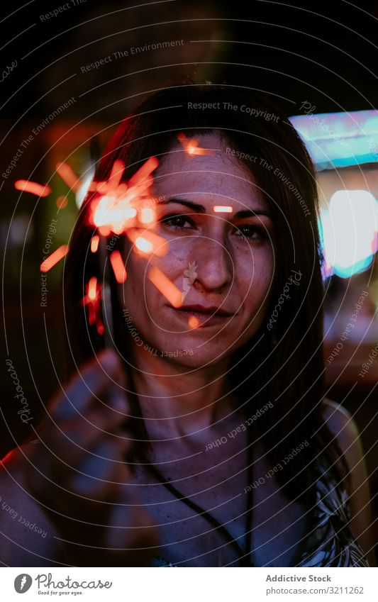 Frau mit Wunderkerze auf dem Rummelplatz am Abend Porträt Sommer Urlaub feiern Jahrmarkt Lächeln jung brünett geheimnisvoll genießen schön natürlich Feiertag