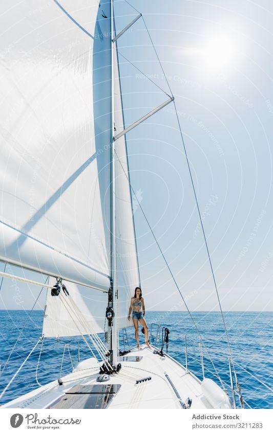 Frau im Badeanzug, die auf dem Boot steht MEER schlank reisen Feiertag Schnabel Sommer sonnig jung Bikini Jacht Urlaub Lifestyle Tourismus Kreuzfahrt Ausflug