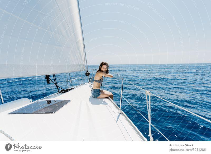 Frau im Badeanzug auf dem Boot sitzend MEER schlank reisen Sitzen Feiertag Schnabel Sommer sonnig jung Bikini Jacht Urlaub Lifestyle Tourismus Kreuzfahrt