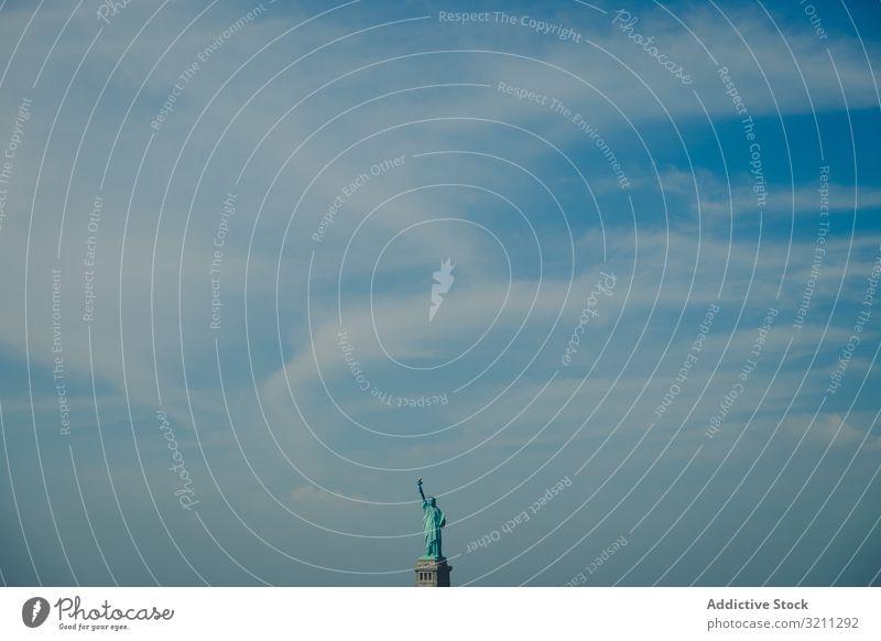 Freiheitsstatue bei blauem Himmel in New York Selbstständigkeit amerika Großstadt Tourismus nyc Manhattan Statue Architektur Anziehungskraft Denkmal Insel