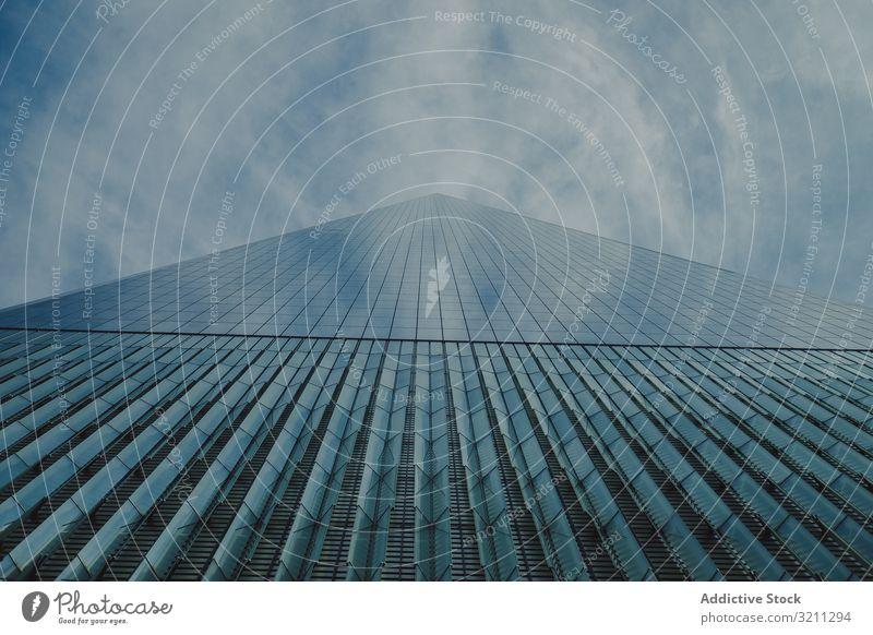 untersicht eines modernen glasgebäudes in new york Fassade Gebäude Himmel blau Wolkenkratzer Fenster Himmel (Jenseits) groß Architektur Großstadt Business Glas