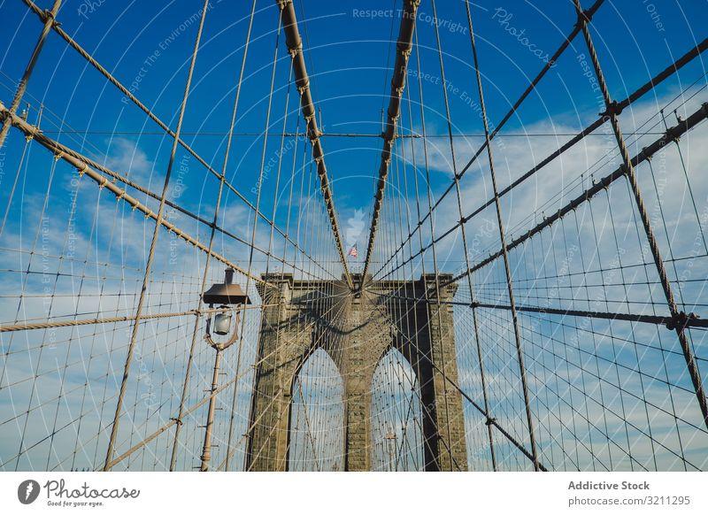 Ansicht der Brooklyn-Brücke von unten mit blauem Himmelshintergrund amerika Amerikaner Großstadt nyc Manhattan York Stadtbild urban Architektur reisen USA