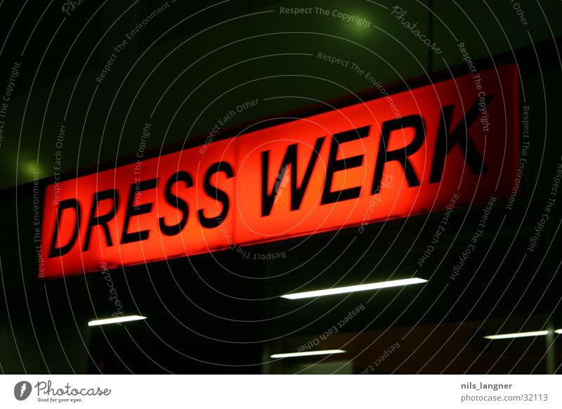 dresswerk 2 Werbung Neonlicht Nacht rot Ladengeschäft Verkehr Schilder & Markierungen Freiburg im Breisgau Mode