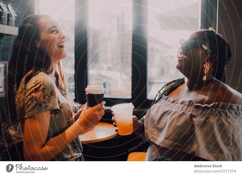 Multiethnische moderne Frauen entspannen sich im Café sich[Akk] entspannen Kaffeehaus Lachen trinken trendy Sonnenuntergang Freund multiethnisch