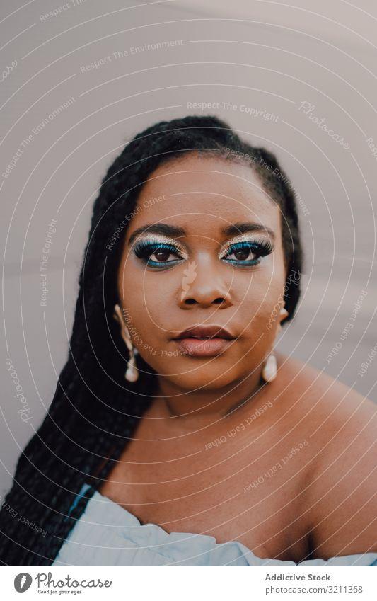 Inhalt trendige afroamerikanische Frau an der Wand trendy Straße attraktiv stehen pulsierend Sonnenuntergang Afroamerikaner schwarz ethnisch Großstadt Kleid