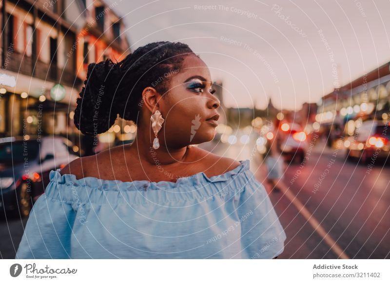 Inhalt trendige afroamerikanische Frau auf der Straße trendy attraktiv stehen pulsierend Sonnenuntergang Afroamerikaner schwarz ethnisch Großstadt Kleid