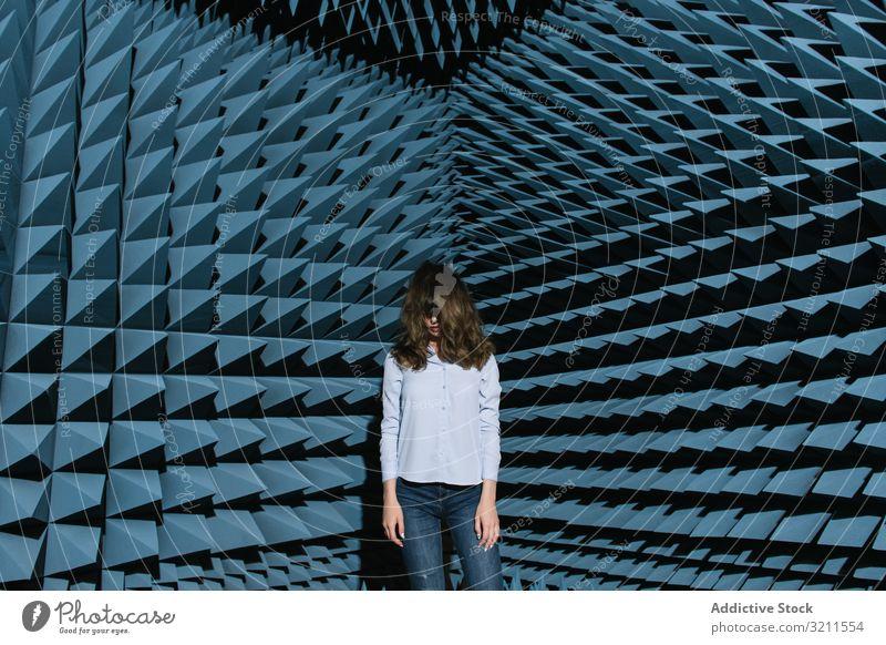 Frau in der Mitte des Tonraums schüttelt den Kopf Kopfschütteln Musik Klang Raum genießen Deckfläche modern schön Entertainment Zeitgenosse ungewöhnlich
