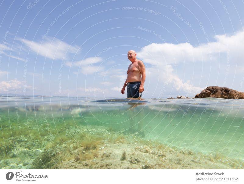 Fröhlicher älterer Mann schwimmt im Meerwasser Schwimmsport Urlaub Senior Kristalle in den Ruhestand getreten reisen Freizeit Wasser MEER Griechenland halkidiki