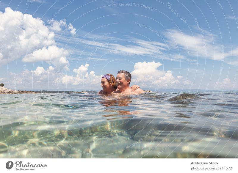 Reifes Paar schwimmt gemeinsam im Süßwasser Schwimmsport Urlaub Kristalle Wasser MEER Meer in den Ruhestand getreten Griechenland halkidiki fliegend sonnig